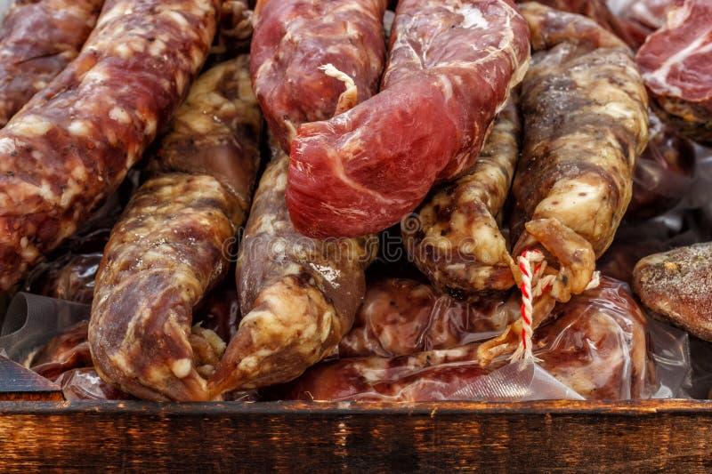 特写镜头,肉被分类的不同形式:蒜味咸腊肠,香肠,熏制的肉 图库摄影