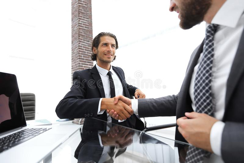 特写镜头 企业握手在办公室 图库摄影