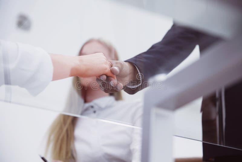 特写镜头 企业握手有贸易伙伴的女商人 免版税库存照片