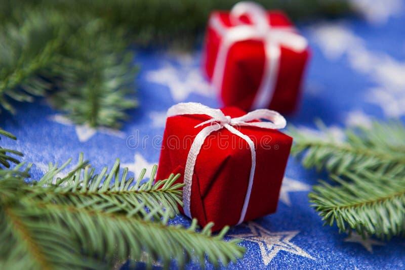 特写镜头 圣诞礼物箱子和冷杉分支在蓝星背景,新年庆祝的概念 库存图片
