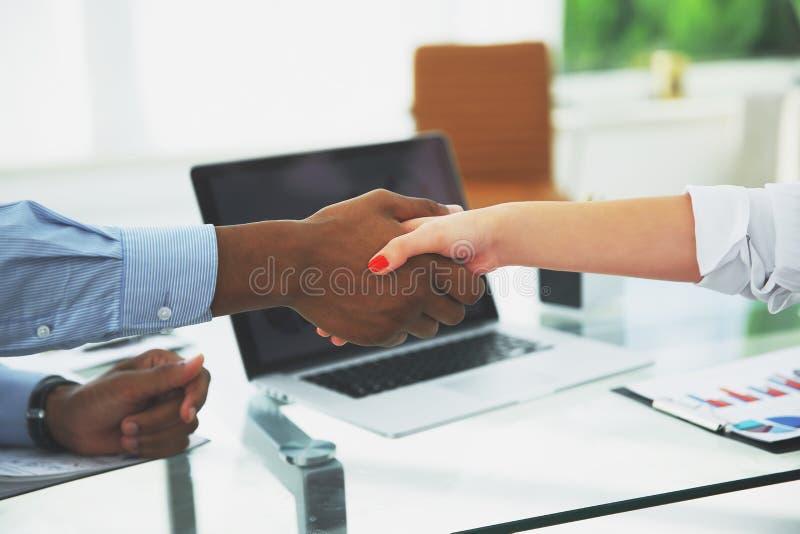 特写镜头 强财政伙伴震动移交书桌 库存图片