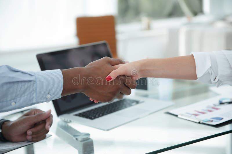 特写镜头 强财政伙伴震动移交书桌 库存照片