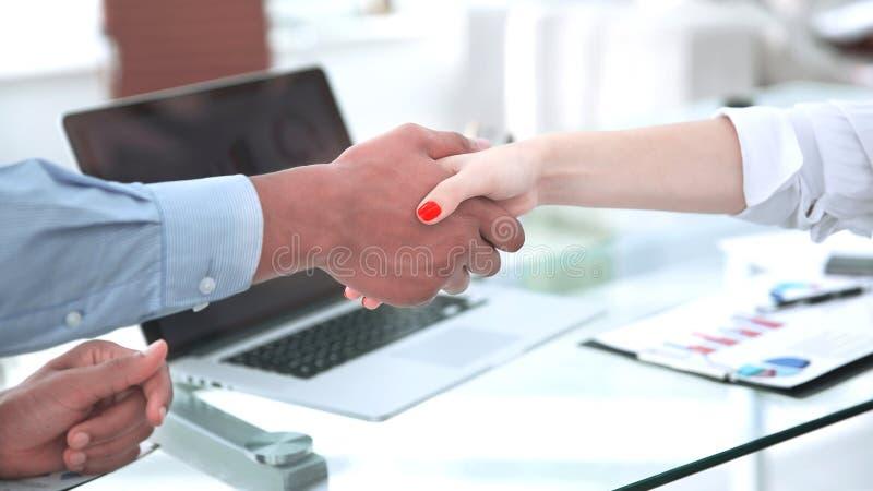 特写镜头 强财政伙伴震动移交书桌 图库摄影