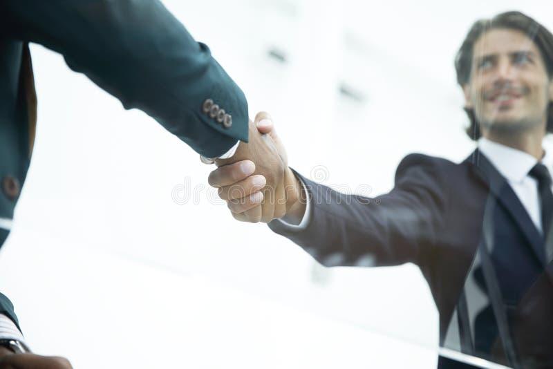 特写镜头 背景查出的企业信号交换成为白色的伙伴 到达天空的企业概念金黄回归键所有权 免版税库存照片