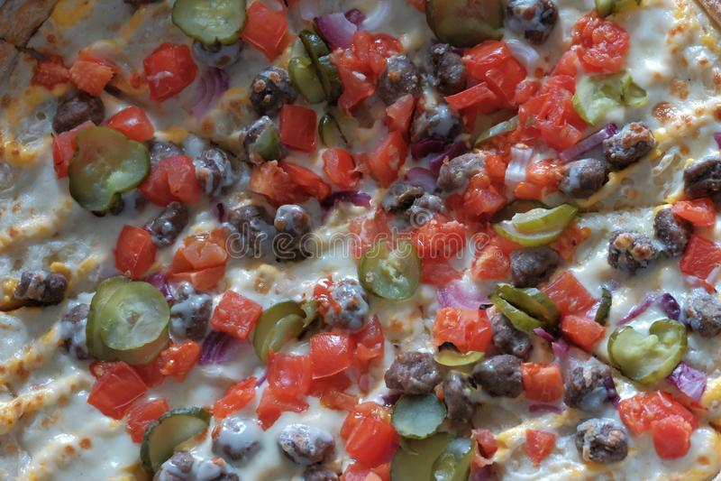 特写镜头 菜比萨用肉末 设计的食物背景 白天 热的传统意大利盘纹理  免版税库存照片