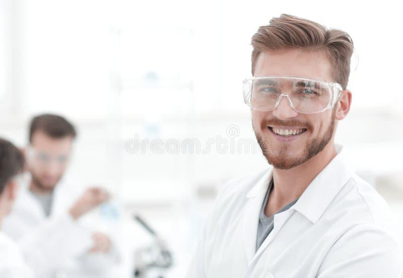 特写镜头 轻的背景的成功的科学家 库存照片