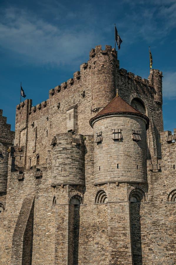 特写镜头o Gravensteen的石墙和城楼在跟特防御 免版税图库摄影