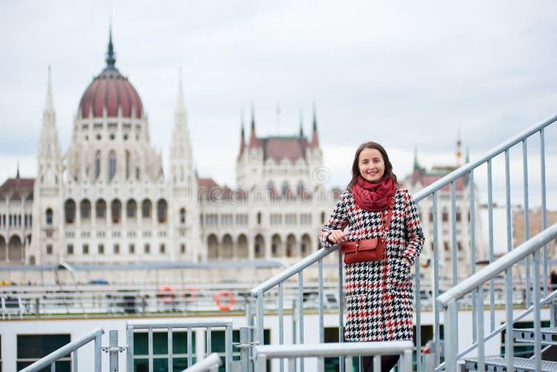 特写镜头turist女孩在步站立反对匈牙利议会,布达佩斯 库存照片
