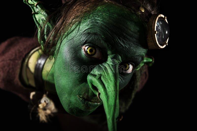 特写镜头、绿色女性恶鬼与一个长的鼻子和怪异的耳朵 库存图片