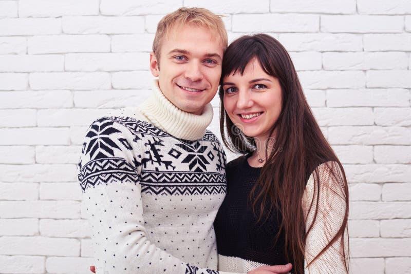 特写镜头一起站立在白色backgro的射击了年轻夫妇 库存图片