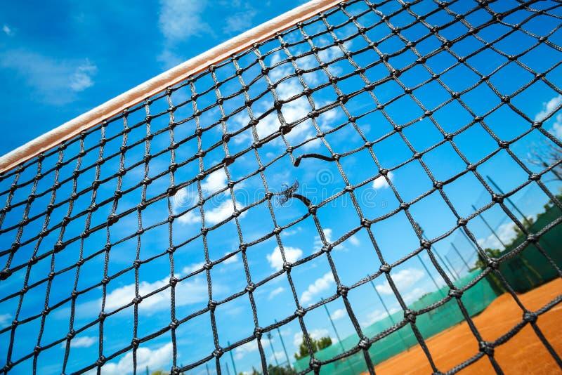特写镜头与蓝天的网球网 免版税库存照片