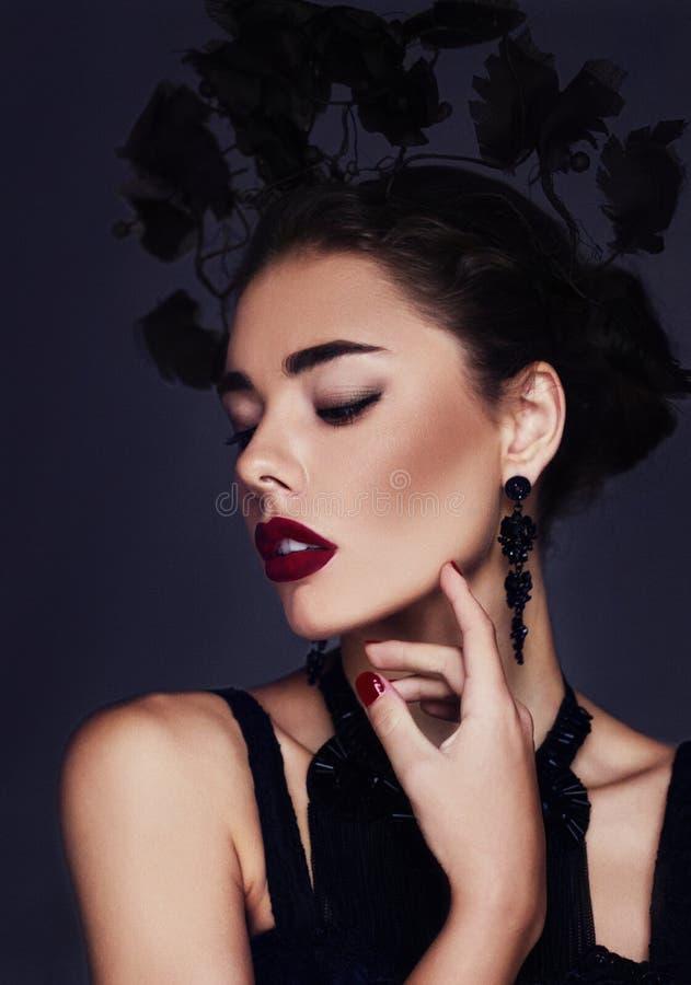 特写镜头佩带完善的构成的一个美丽的深色的女孩的时尚/秀丽画象 免版税库存照片