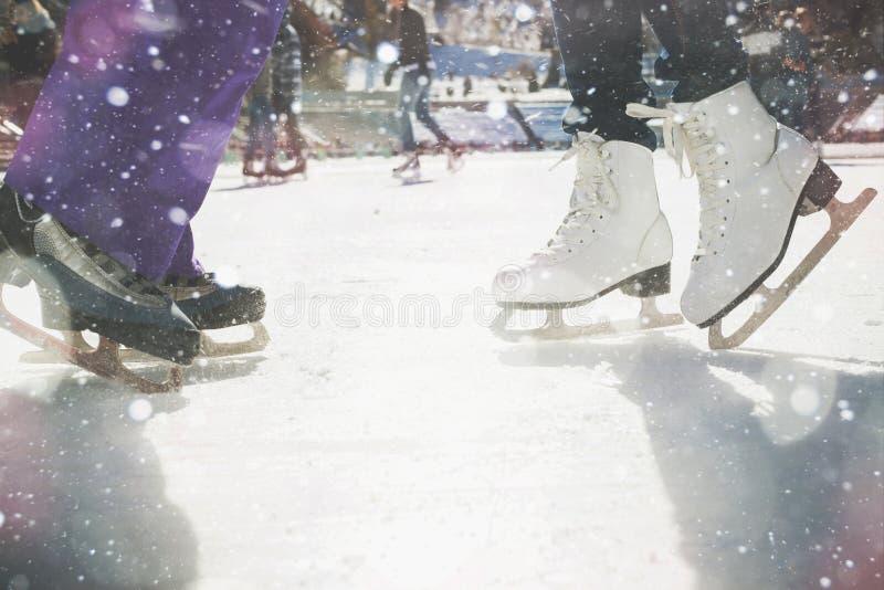 特写镜头滑冰的鞋子滑冰室外在滑冰场 图库摄影
