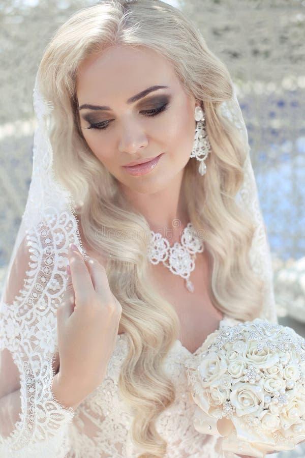 特写镜头华美的新娘结婚照  美丽的白肤金发的woma 免版税库存照片