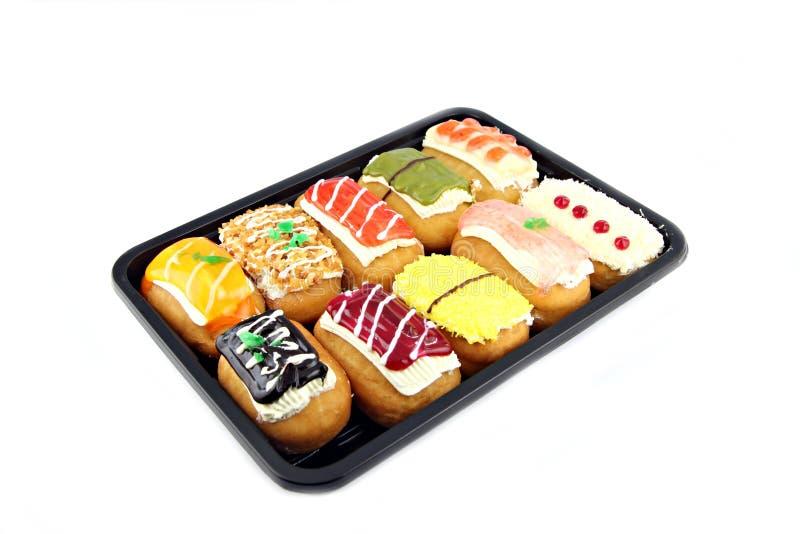 特写镜头在黑盘的寿司多福饼。 免版税图库摄影