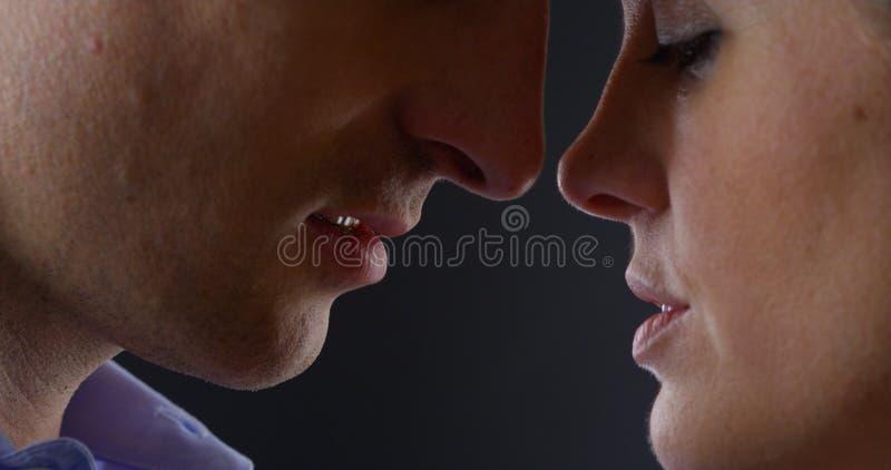 特写镜头夫妇亲吻 库存照片