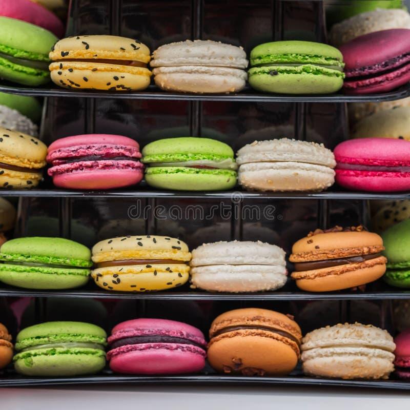 特写镜头套多彩多姿的鲜美macarons,从杏仁的法国甜曲奇饼撒粉于,喜爱的甜点心 图库摄影