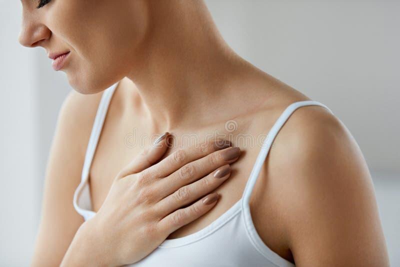 特写镜头女性身体,妇女有痛苦在胸口,卫生问题 免版税库存图片