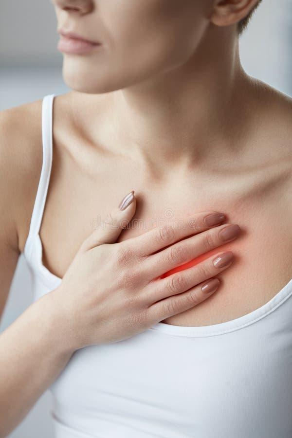 特写镜头女性身体,妇女有痛苦在胸口,卫生问题 库存照片