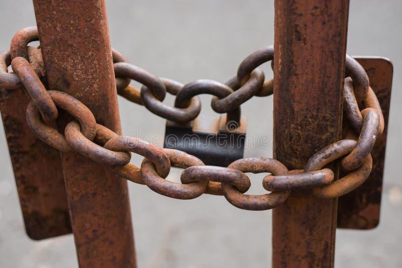 特写镜头射击了与大锁的链子 库存图片