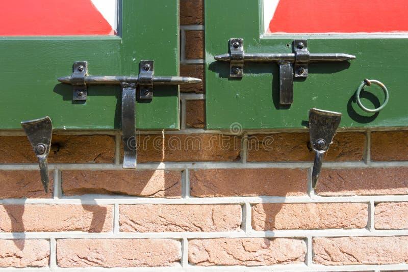 特写镜头射击了在木荷兰门的门闩 库存照片