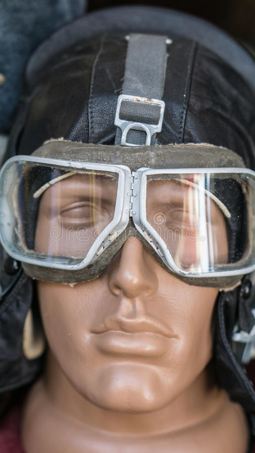 特写镜头射击了有老葡萄酒减速火箭的试验皮革盔甲和风镜的假的人头 库存照片