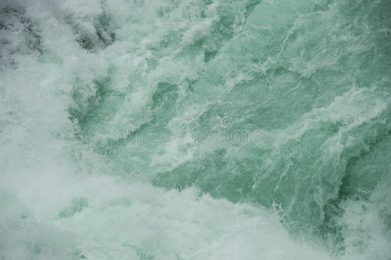 水特写镜头强的冲的小河  免版税图库摄影