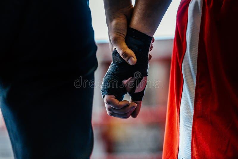 特写镜头手拳击手和裁判员 库存图片