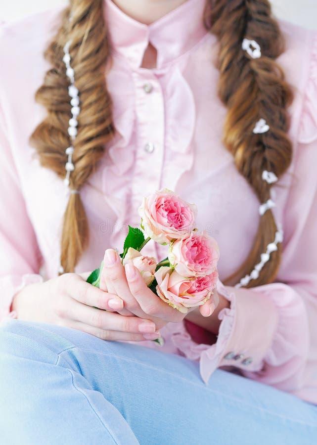 特写镜头拿着精美玫瑰的妇女手 免版税图库摄影