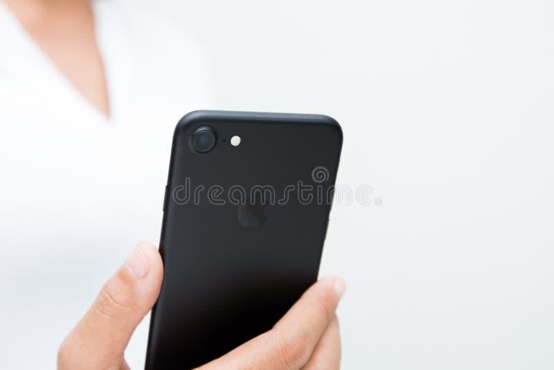 特写镜头拿着iPhone 7显示的后面照相机的妇女手 库存照片