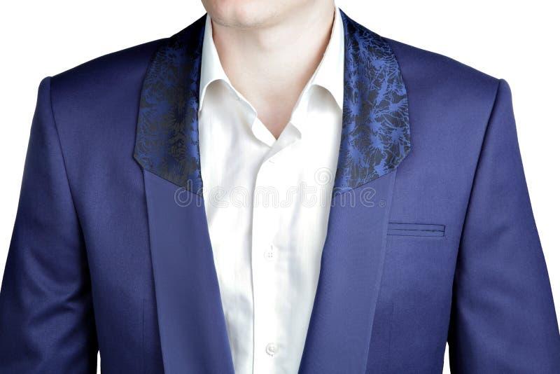 特写镜头深蓝火焰鸡尾洒,有宽翻领的披肩衣领 免版税库存图片