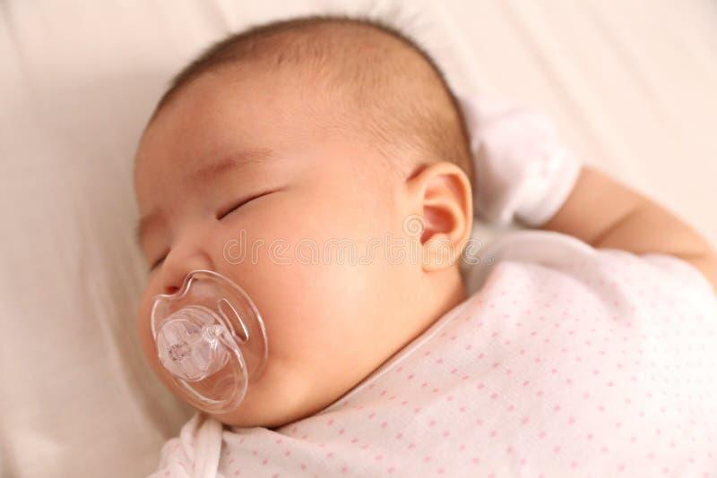 特写镜头照片亚洲婴孩睡觉 免版税库存图片