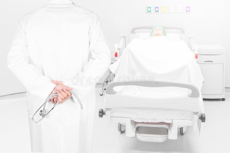 特写镜头医生的背面图图象有听诊器姿势的武装c 库存图片
