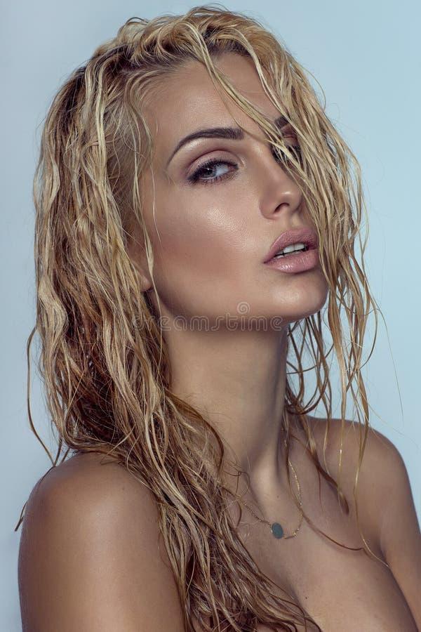 特写镜头白肤金发的妇女秀丽画象  库存照片