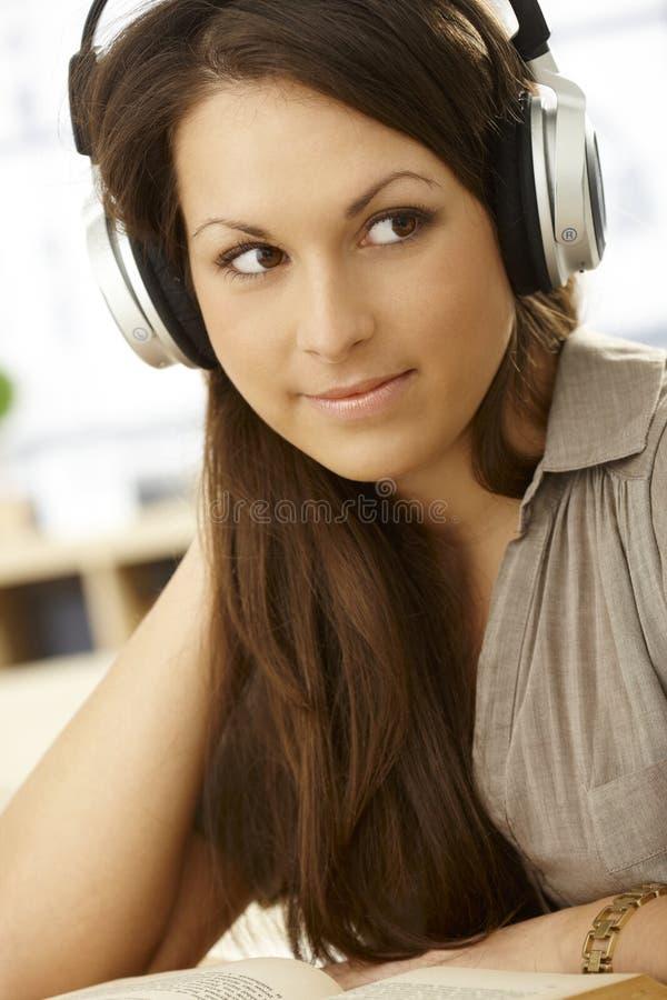 特写镜头耳机纵向妇女 免版税库存图片