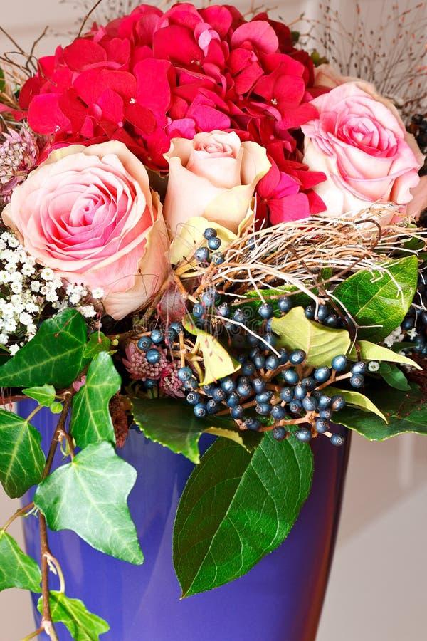 特写镜头花束玫瑰霍滕西亚花瓶 库存照片