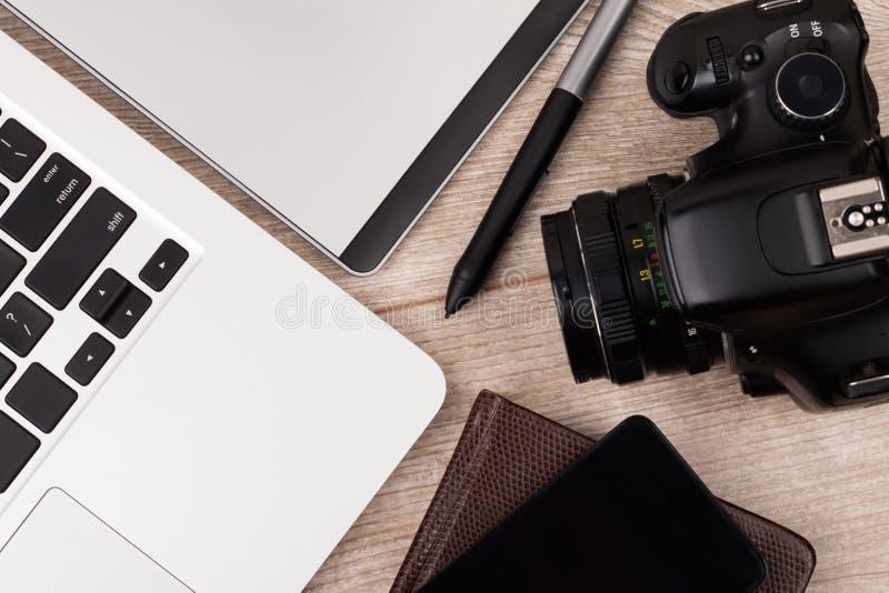 特写镜头观点的图表设计师工作场所的摄影师 图库摄影