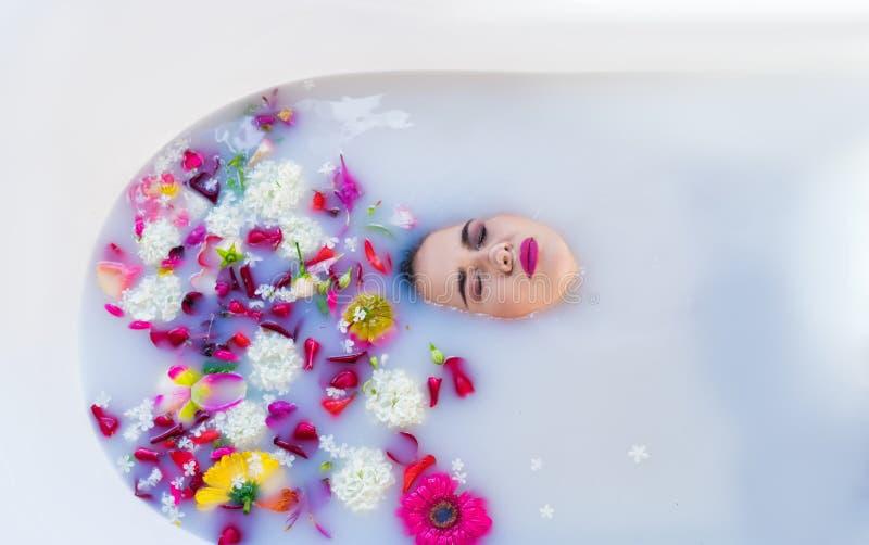 特写镜头观点的浴的妇女 她的面孔在柔和的浴淹没 库存图片