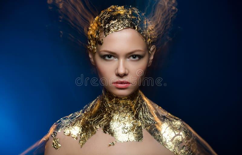 特写镜头画象在时髦的金箔的女孩模型 免版税库存照片