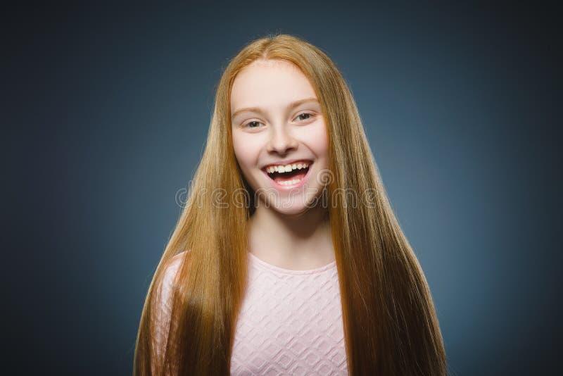 特写镜头画象成功的愉快的女孩灰色背景 免版税库存图片