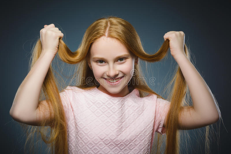 特写镜头画象成功的愉快的女孩隔绝了灰色背景 库存图片