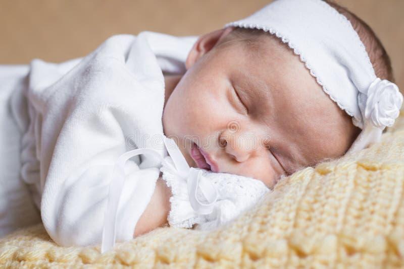 特写镜头画象新出生女婴睡觉 免版税库存照片