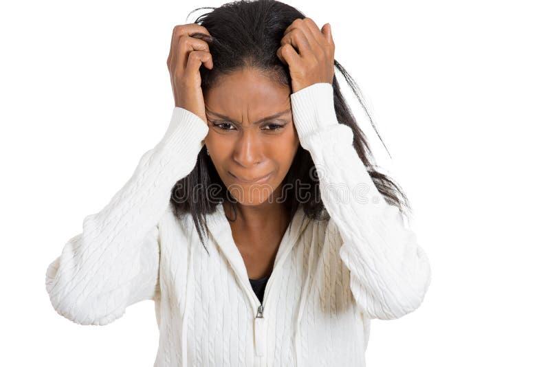 特写镜头画象注重了有拿着头的头疼的妇女 免版税库存照片