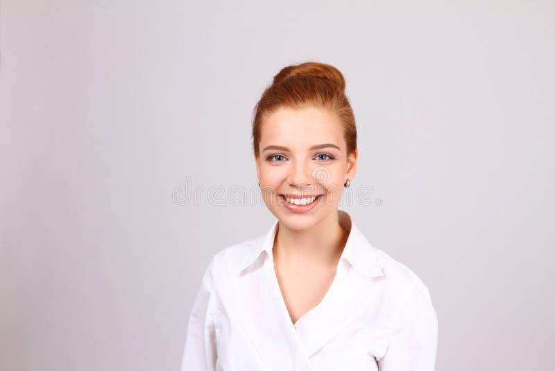 特写镜头画象逗人喜爱年轻女商人微笑 免版税库存图片