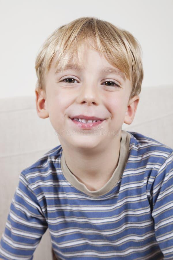 特写镜头画象逗人喜爱年轻男孩微笑 库存照片