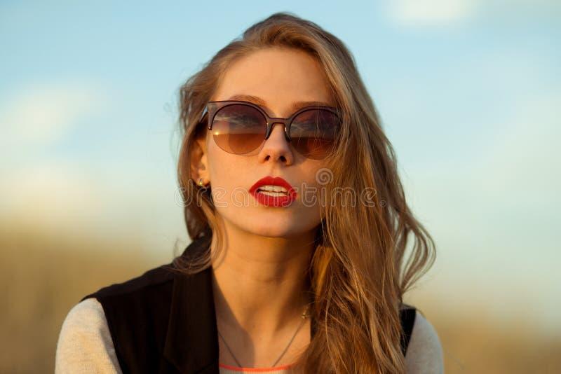特写镜头画象震惊,目炫,有完善的出现的可爱,美丽,令人敬畏的女孩,太阳镜,张了嘴,红色嘴唇 免版税库存照片