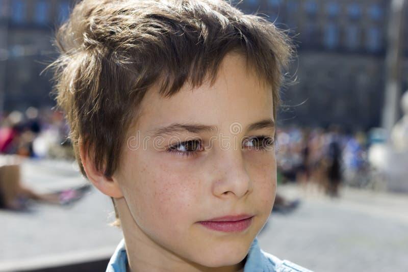 特写镜头画象青春期前男孩微笑 免版税库存图片