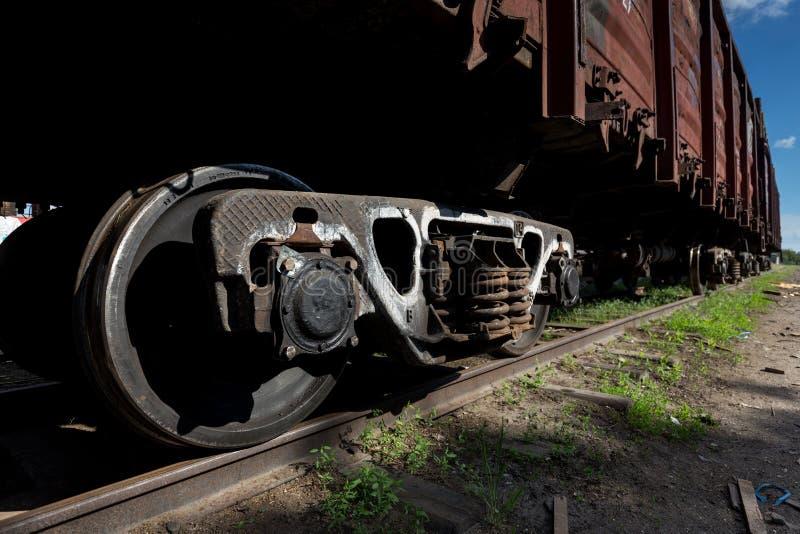 特写镜头钢柴油铁路车火车来路不明的飞机在轨道转动 免版税库存照片
