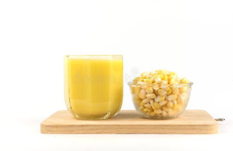 特写镜头,在白色ba隔绝的新鲜的甜玉米汁玉米牛奶 库存图片