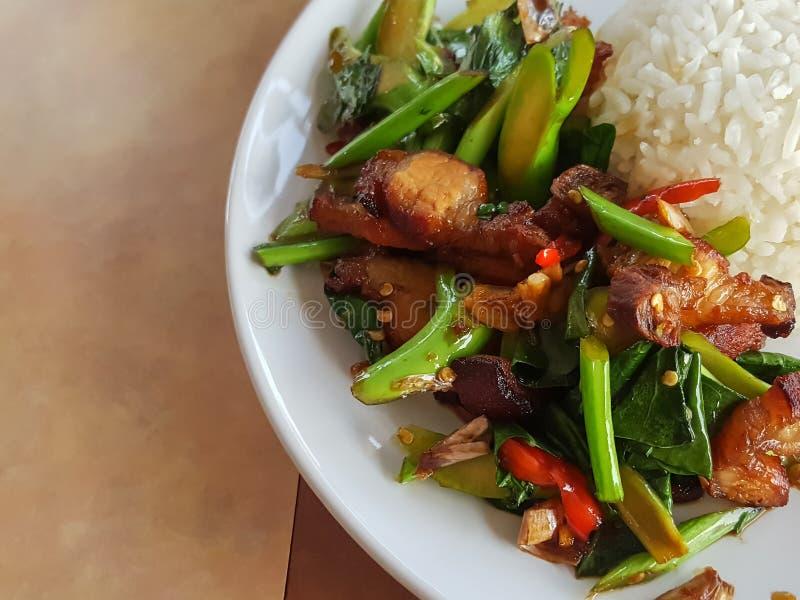 特写镜头,泰国食物样式:混乱油煎的无头甘蓝用酥脆猪肉 图库摄影